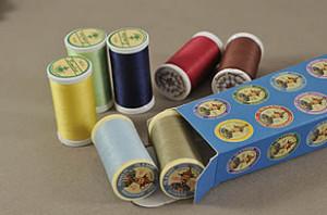 Boite de bobines de fil avec assortiement de couleurs